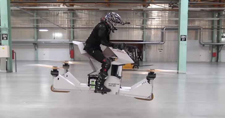 這款飛行摩托車高度可飛10公尺、時速48公里,看起來很酷但坐上去就是玩命關頭