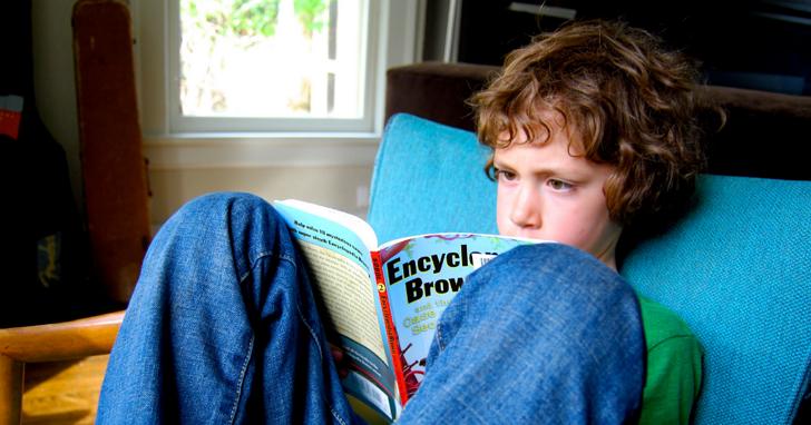怪孩子不讀書?澳洲研究:電子裝置使用愈多閱讀時間愈少