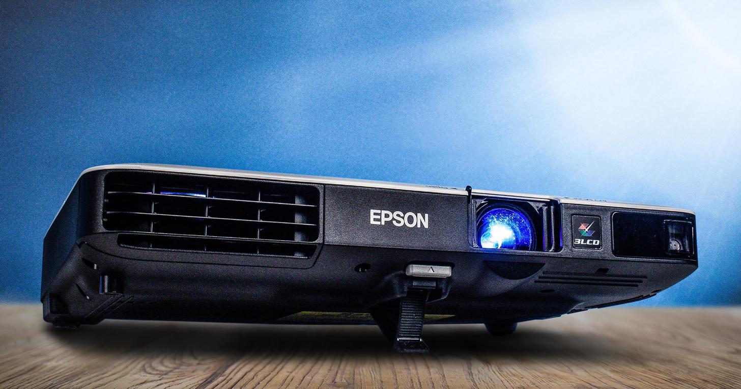 最薄的 3LCD 投影機 Epson EB-1795F 實測:彩色亮度 3,200 流明、iProjection APP 智慧操作好上手