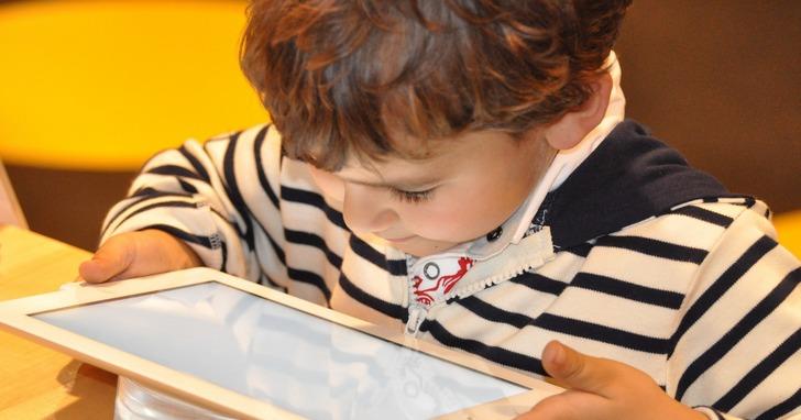 全球近六成幼童學齡未讀書前先學會滑手機,家長與其擔心負面影響不如多陪伴