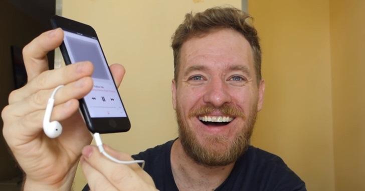 這一次是真的能用!神人在iPhone 7上安裝了可以正常使用的耳機孔,不過代價是不再防水