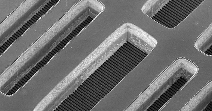 解決高性能 3D 堆疊發熱問題,晶片內建微水道直接注入冷卻液