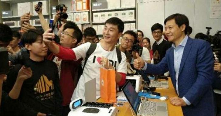 雷軍再度成為小米的「豬隊友」,手機廠商CEO不會拍照怎麼上社群網站?