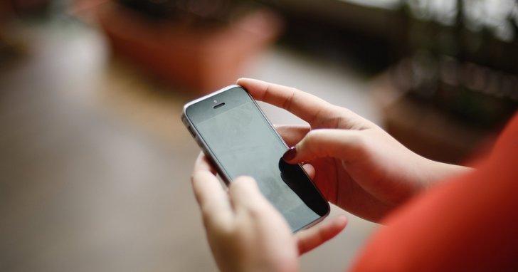 當所有人每天都要低頭至少查看手機150次,你想過這對經濟衝擊有多大嗎?