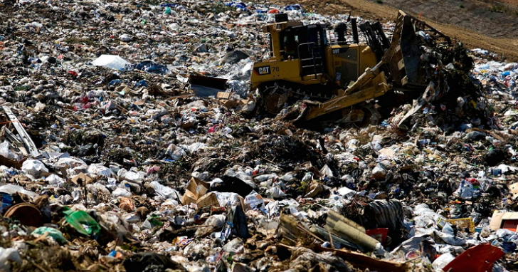 在這座垃圾山裡,埋了一顆存有7500枚比特幣的硬碟,價值38億台幣!