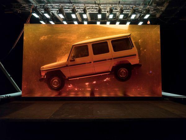 將經典完整凍結,Mercedes-Benz 將 1979 年 280 GE 封存在 44.4 噸樹酯中!