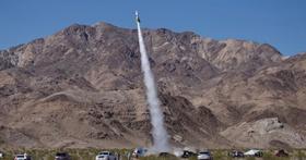 為了追求真相你敢多瘋狂?美國業餘科學家搭乘自製火箭射上570公尺高空,只為了證明地球是平的