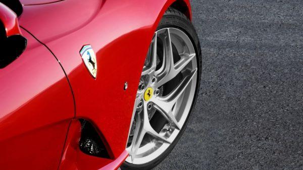 「跨界躍馬」出來見客了,Ferrari Purosangue 首段「偽裝測試影片」曝光,「輪拱間距」是亮點!