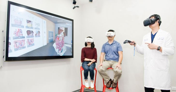 HTC DEEPQ攜手萬芳醫院,建置全球首創VR團體衛教診間
