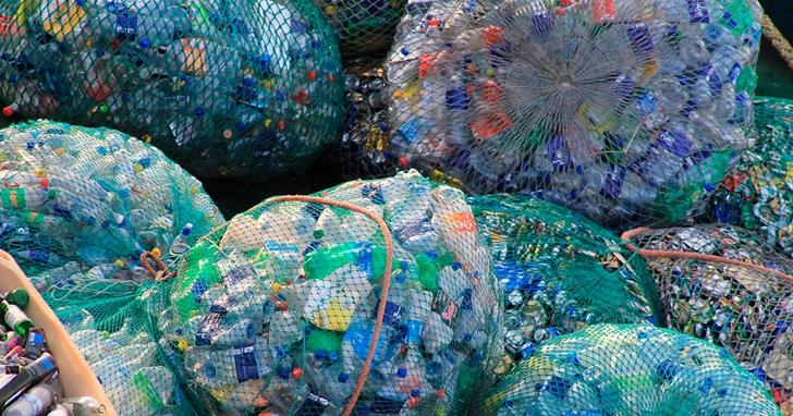 世界上所有塑膠垃圾的價值,能同時買下蘋果、Google、微軟、亞馬遜……