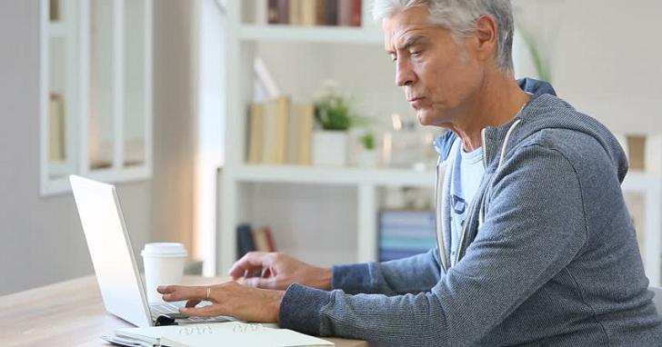 不是只有你家長輩愛傳假新聞!美國研究顯示:美國 65 歲以上的網路使用者,分享了比較多的假新聞