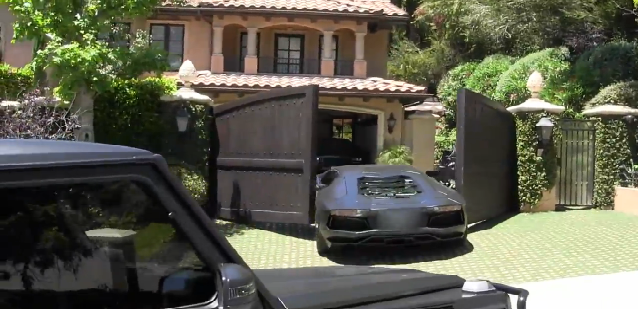 好險是老婆 Kim Kardashian買的!Kanye West的 Lamborghini Aventador大牛被夾傷