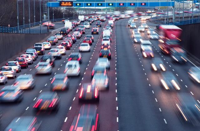 降低出車禍的五大「防禦駕駛」絕招(1) - 視線要放在遠處