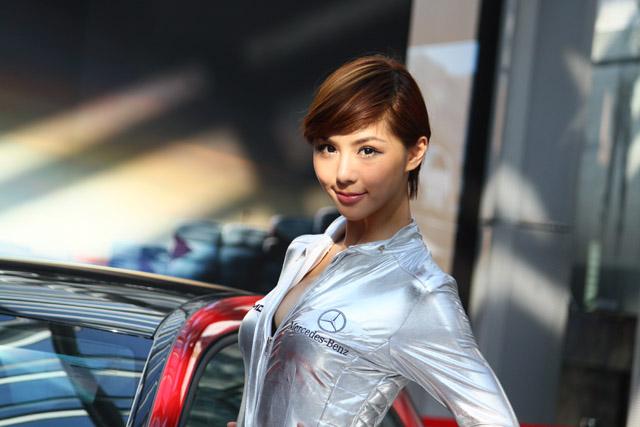 閃爆我的雙眼!人氣伊林名模詹乃蓁化身性感太空女郎,替 Mercedes-Benz  A 45 AMG站台!