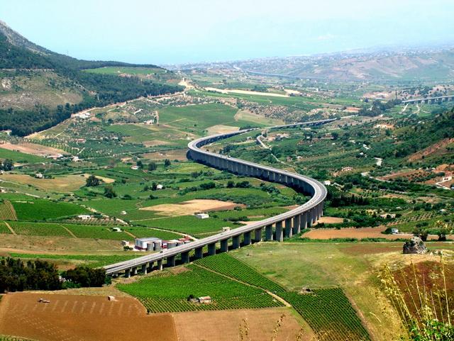 德國無速限的 Autobahn高速公路當真油門深處無怨尤、讓你一路踩到腳抽筋?