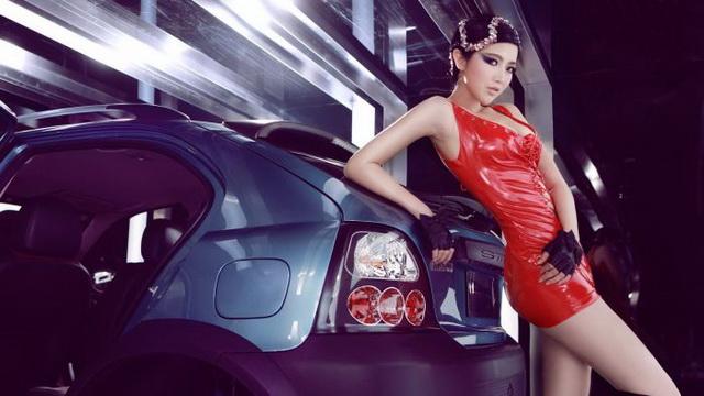 MG 3SW:修長美腿車模展現美豔魅惑