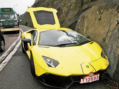 【熱門話題】全新藍寶堅尼50週年大牛 Aventador特仕車撞山!