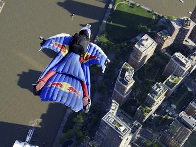 Red Bull飛鼠高手飛越紐約曼哈頓!磇美哥吉拉中的跳傘軍隊!