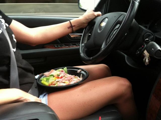 在車上吃什麼東西容易一命嗚呼?NHTSA公佈十大危險食(飲)品