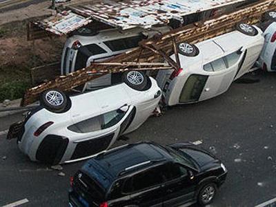 運送進口車的聯結車追撞 Mazda6後翻覆!全新 Porsche  Macan與瑪莎拉蒂都遭殃!