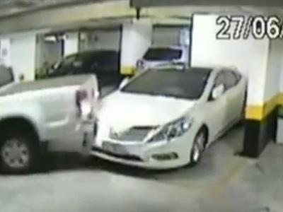 專治停車格跨線的暴力貨卡駕駛!撞出充足的空間來!