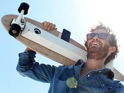 用滑板滾動產生的動能替 iPhone充電!超酷 Chargeboard還能放音樂!
