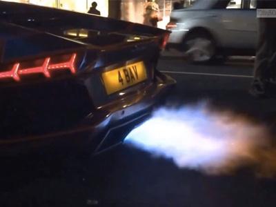 藍寶堅尼 Aventador超跑猛催油門竟起火!下次耍帥記得帶滅火器!