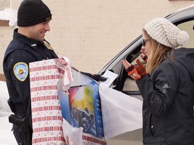 違規被攔還有禮物可以拿?聖誕老人化身交通警察?