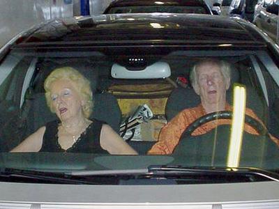 困在 Mazda3裡13個小時,銀髮史密斯夫妻半條命都沒了!