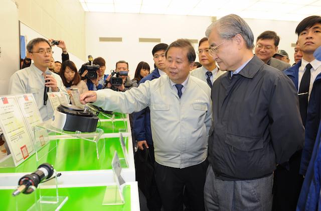 行政院長關心電動機車發展:參觀中華汽車