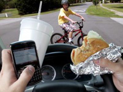 年輕駕駛不愛看路,把車當自動駕駛車開!你不撞誰撞?