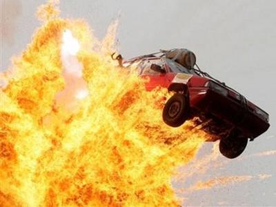 ISIS自殺式炸彈汽車攻擊失敗,被炸飛高空後自爆!