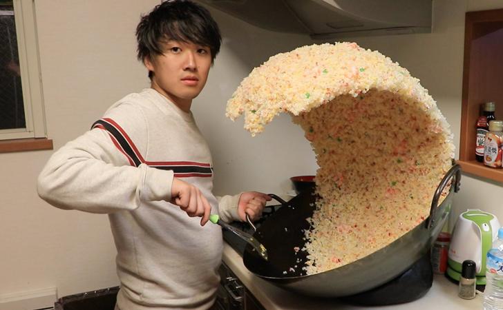 一名日本搞笑 YouTuber 的炒飯翻鍋神照,掀起網友們的 P 圖戰場