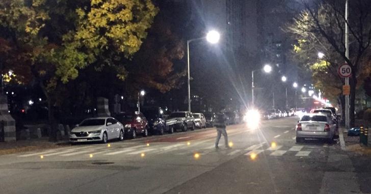 韓國研究人員發明高科技人行道,當有人過馬路時會發出LED警示燈以降低事故