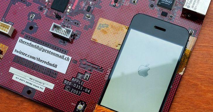 十多年後,我們終於看到了初代 iPhone 原型機巨大的紅色開發板