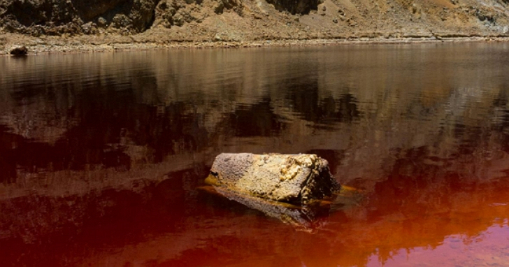 旅遊Youtuber在兩年多前於湖邊拍到一只被遺棄的旅行箱,如今被報導可能有屍體藏在裡面