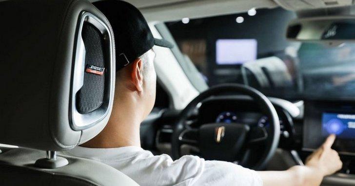降噪技術並非只能用在耳機上,Bose 將他們的「主動降噪」技術用來對付汽車噪音問題