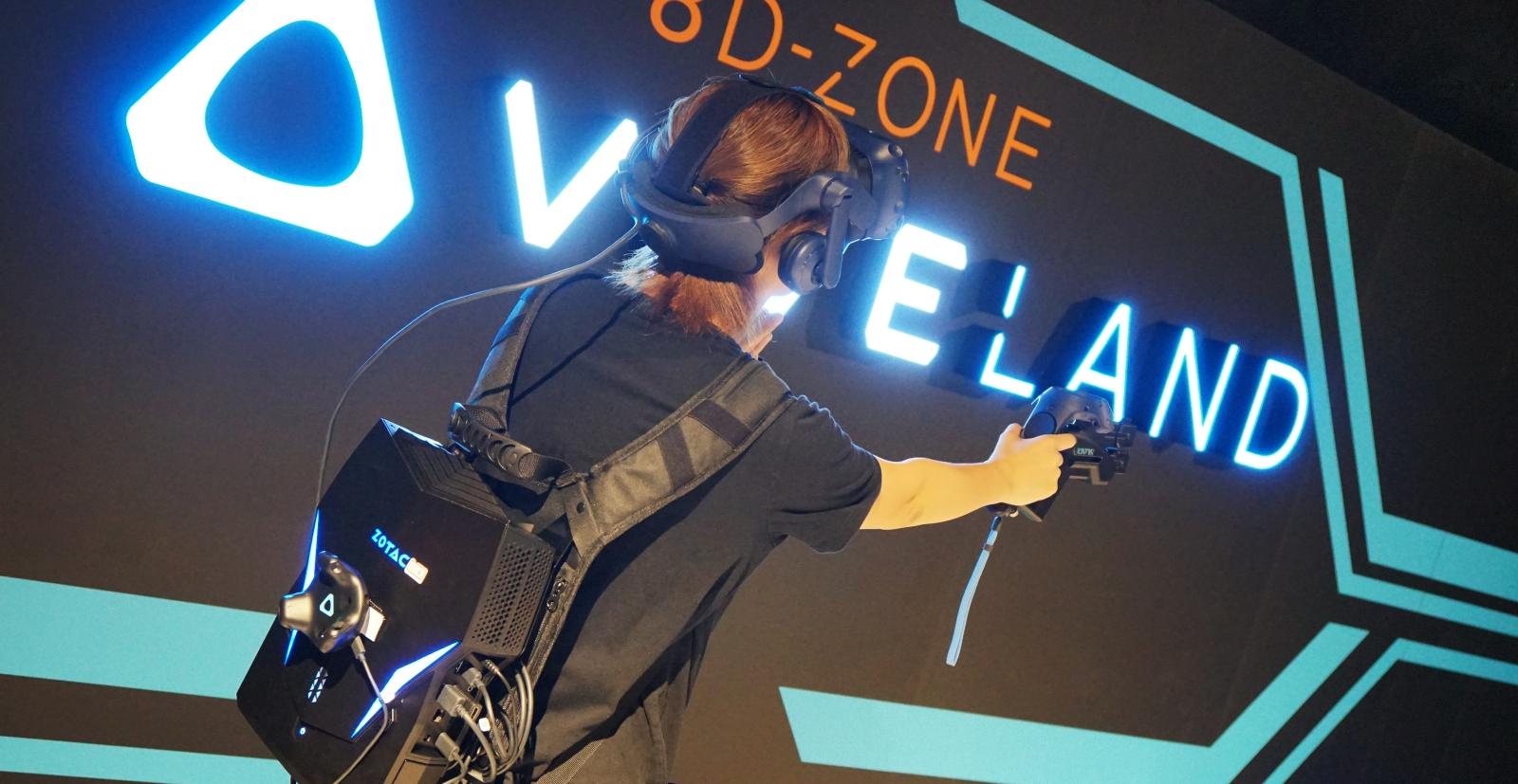 HTC 在台北三創打造新 Vive 四人對戰遊戲,背著 VR 背包更有臨場感