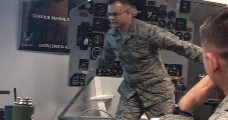 因為網友企圖用火影跑闖入51區的活動,導致美國大兵只好在簡報中解釋什麼是火影跑