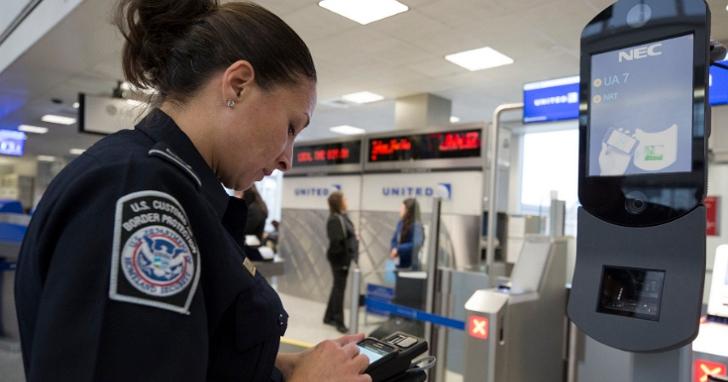 哈佛大學新生聲稱他在美國海關被檢查手機,並因社群朋友有反美貼文而被拒絕入境