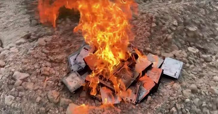一家成人電影公司買下長期爆料AV演員的論壇,然後把15000名演員的外流個資全部放火燒掉