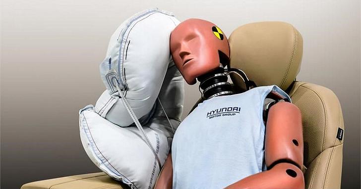 避免事故時後座乘客互撞,Hyundai 用新開發的中央側氣囊來解決