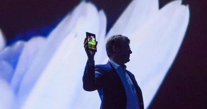 三星正在開發一款可以直立式往內折疊的手機,折完後只有粉餅盒那麼大