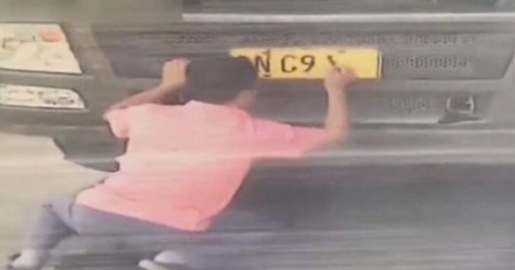 中國貨車司機「神來一筆」用毛筆書寫假車牌躲避超速偵測,交警一摸沾了一手墨水