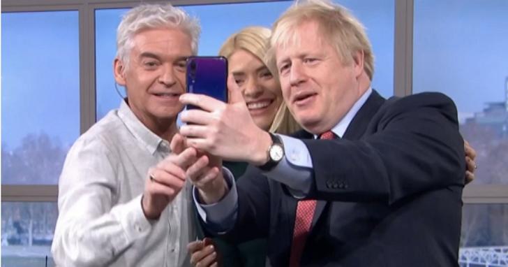 英國首相才暗示應禁止華為參與英國電信建設,第二天就被發現持華為P20 Pro自拍引爭議