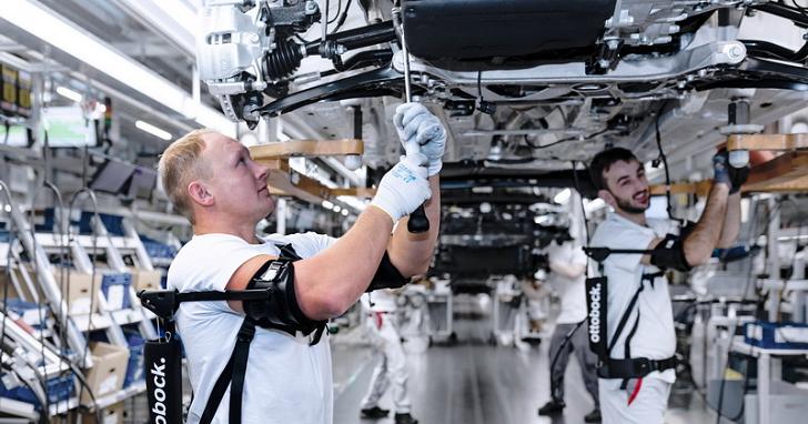 幫員工套上機械外骨骼協助零件裝配,Audi 生產線上有機器「人」