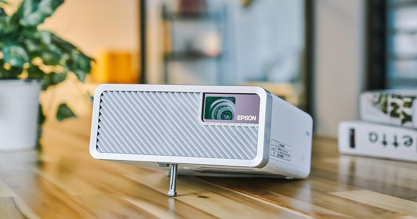 防疫不忘娛樂,Epson EF-100WATV 移動光屏雷射投影機,親子在家同歡的好幫手!
