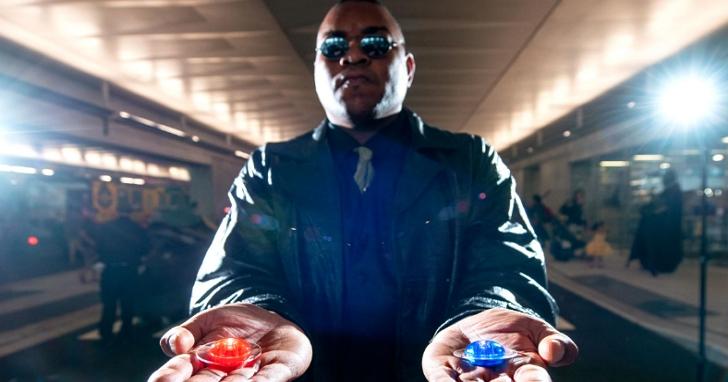 馬斯克發文說「吃下紅色藥丸」,被《駭客任務》導演怒嗆「FXCK」