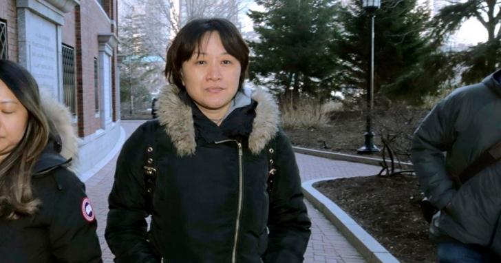 行賄25萬美元收買足球教練讓自己兒子保送入UCLA,中國富豪大媽認罪遭美國法院判刑