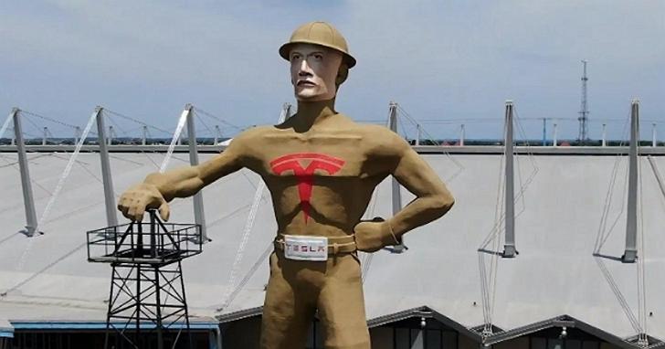 跪舔最高境界!這座城市為搶特斯拉來設廠,把當地23公尺高的「石油工人」地標換臉成馬斯克